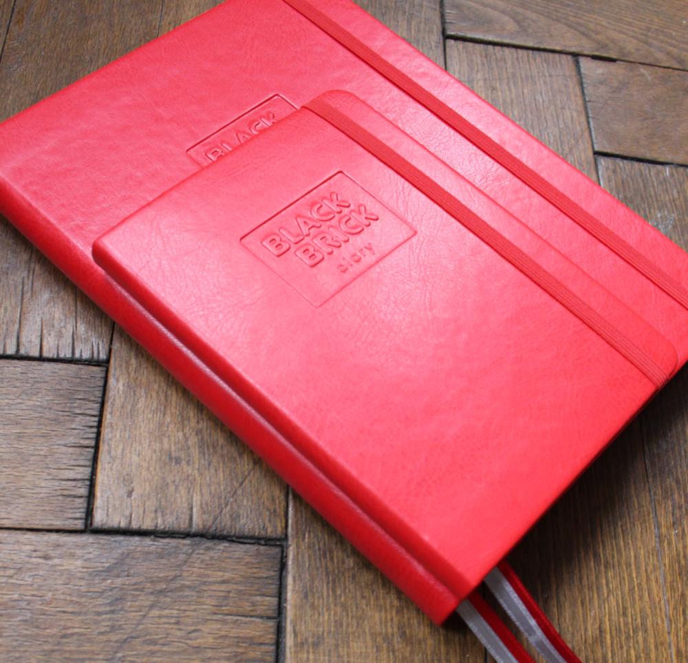Diář kapesní A6 nedatovaný Black Brick červený